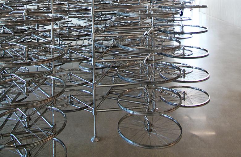 Cultura na bagagem escultura com bicicletas
